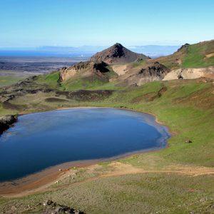 Horft yfir Spákonuvatn í austurátt að Trölladyngju til vinstri og Grænudyngju til hægri. Graslendi Höskuldarvalla lengst til vinstri.