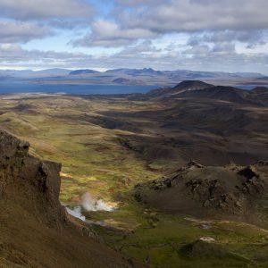 Frá Hengilsyllum er frábært útsýni. Hér er horft í átt til Þingvallavatns. Stangarháls t.h. við manninn á myndinni. Til hægri, næst vatninu eru Sandfell og Mælifell ofan Hagavíkur. Gufu leggur frá Hagavíkurlaugum fyrir neðan sillurnar.