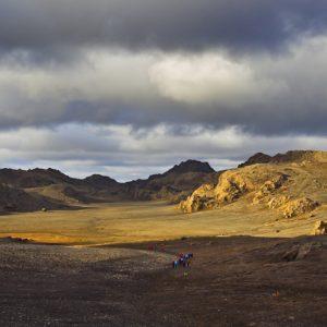 Göngufólk á Sveifluhálsi í kvöldsólinni.