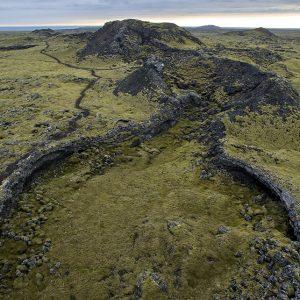 Gígur og hrauntröð.  Stígurinn til hægri er svokallaður Reykjavegur sem liggur meðfram gígaröðinni. Gaman er að ganga hann og skoða þessar mögnuðu jarðminjar.