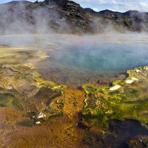Hagavíkurlaugar eru óvenju litríkar og fallegar.