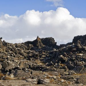 Myndarlegur hraunstólpi sem gefur til kynna hve hátt yfirborð hrauntjarnarinnar hefur náð.
