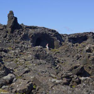 Hellisskútar eru meðal þeirra áhugaverðu hraunmyndana sem finna má í Katlahrauni.
